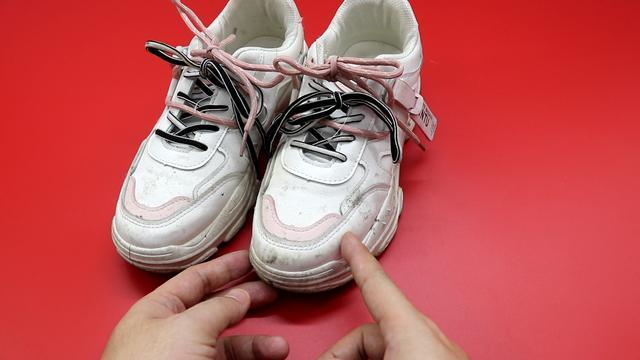 Giày trắng dễ bẩn và quá khó để giặt sạch hẳn? Hãy làm theo cách này giày sẽ trắng sáng chỉ trong vài phút-2