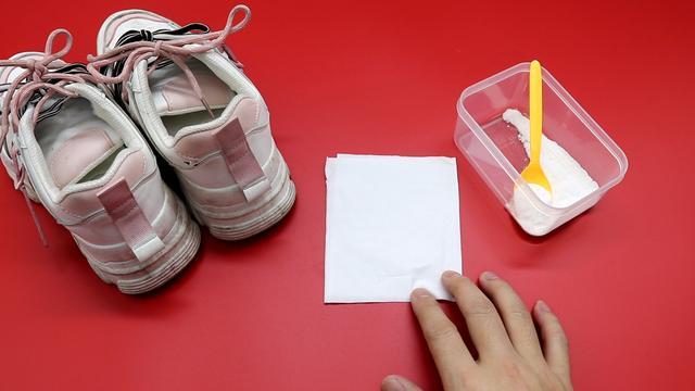 Giày trắng dễ bẩn và quá khó để giặt sạch hẳn? Hãy làm theo cách này giày sẽ trắng sáng chỉ trong vài phút-10
