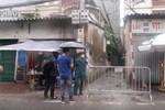 Ảnh, clip: Hà Nội phong tỏa khu dân cư nơi nhân viên xí nghiệp xe buýt mắc COVID-19 sinh sống