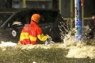 Người TP.HCM 'bơi' về nhà trong mưa lớn