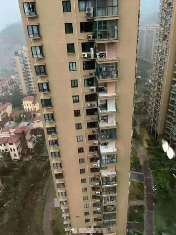 Bão Hagupit xé toạc ban công chung cư cao cấp ở TQ, cuốn bay người từ tầng 11 rơi xuống tử vong-1
