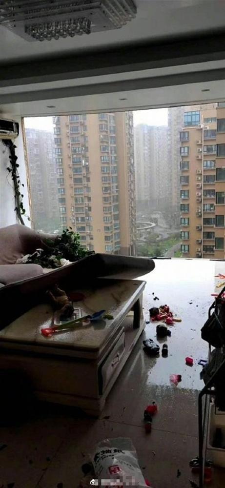 Bão Hagupit xé toạc ban công chung cư cao cấp ở TQ, cuốn bay người từ tầng 11 rơi xuống tử vong-2