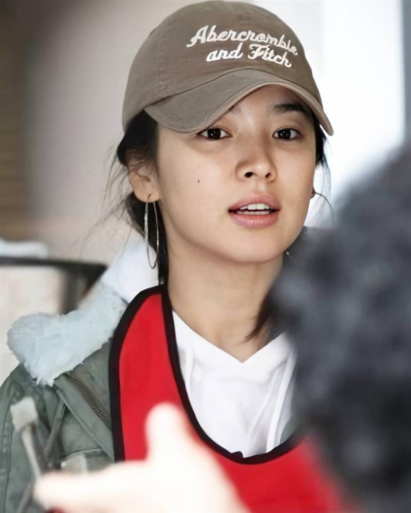 Nhan sắc của Song Hye Kyo xuất chúng đến nỗi cân đẹp mọi kiểu mũ dù sến hay lỗi thời tới đâu-10
