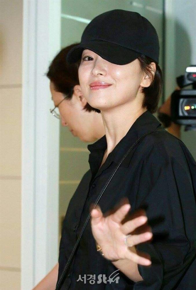 Nhan sắc của Song Hye Kyo xuất chúng đến nỗi cân đẹp mọi kiểu mũ dù sến hay lỗi thời tới đâu-9