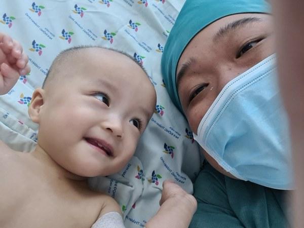 Chị em Trúc Nhi - Diệu Nhi tươi cười nắm lấy tay bác sĩ, dự kiến sẽ tập đi trong 6 tuần tới-1