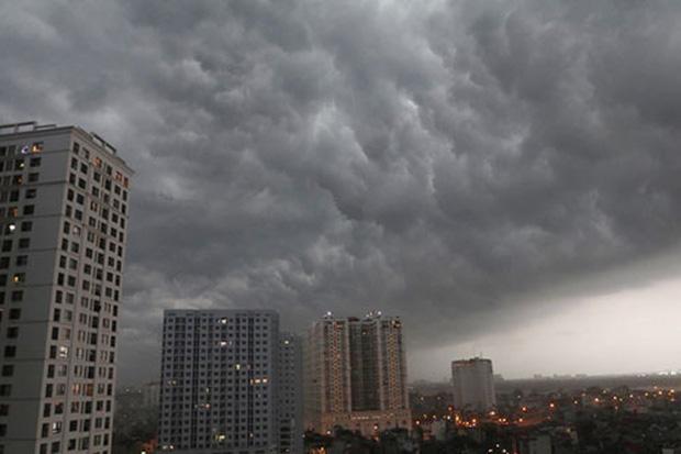 Xuất hiện vùng áp thấp mới trên Biển Đông, Hà Nội cảnh báo mưa lớn, có lốc, sét trong những giờ tới-1
