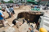 """Cận cảnh hố """"tử thần"""" khổng lồ ngay ngã tư ở Sài Gòn, nguyên nhân do cống tôn bị vỡ gây sụt đường"""