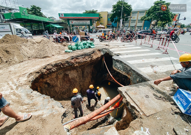 """Cận cảnh hố tử thần"""" khổng lồ ngay ngã tư ở Sài Gòn, nguyên nhân do cống tôn bị vỡ gây sụt đường-5"""
