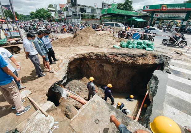 """Cận cảnh hố tử thần"""" khổng lồ ngay ngã tư ở Sài Gòn, nguyên nhân do cống tôn bị vỡ gây sụt đường-7"""