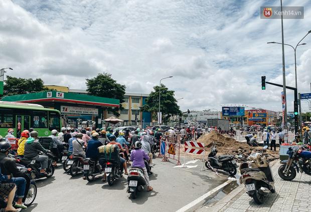 """Cận cảnh hố tử thần"""" khổng lồ ngay ngã tư ở Sài Gòn, nguyên nhân do cống tôn bị vỡ gây sụt đường-16"""