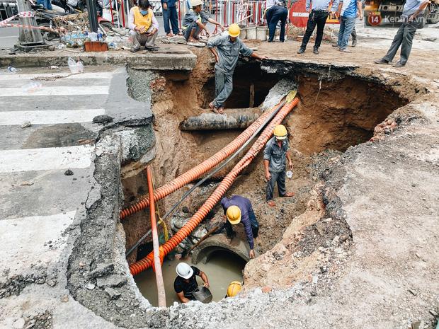 """Cận cảnh hố tử thần"""" khổng lồ ngay ngã tư ở Sài Gòn, nguyên nhân do cống tôn bị vỡ gây sụt đường-6"""
