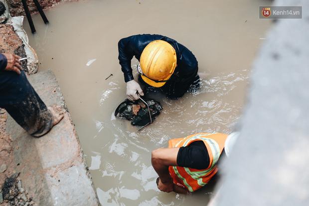 """Cận cảnh hố tử thần"""" khổng lồ ngay ngã tư ở Sài Gòn, nguyên nhân do cống tôn bị vỡ gây sụt đường-8"""