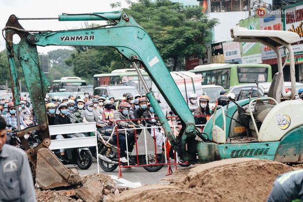 """Cận cảnh hố tử thần"""" khổng lồ ngay ngã tư ở Sài Gòn, nguyên nhân do cống tôn bị vỡ gây sụt đường-17"""