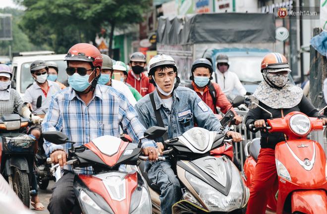 """Cận cảnh hố tử thần"""" khổng lồ ngay ngã tư ở Sài Gòn, nguyên nhân do cống tôn bị vỡ gây sụt đường-20"""