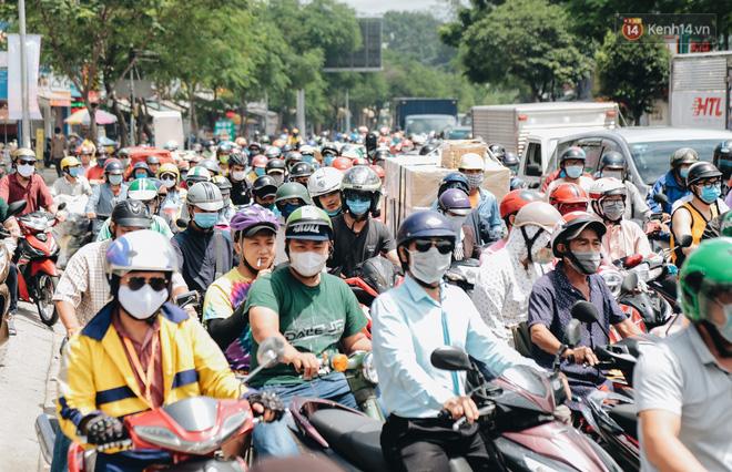 """Cận cảnh hố tử thần"""" khổng lồ ngay ngã tư ở Sài Gòn, nguyên nhân do cống tôn bị vỡ gây sụt đường-19"""