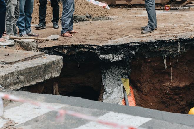 """Cận cảnh hố tử thần"""" khổng lồ ngay ngã tư ở Sài Gòn, nguyên nhân do cống tôn bị vỡ gây sụt đường-14"""
