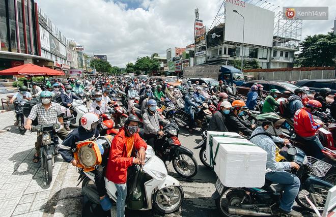 """Cận cảnh hố tử thần"""" khổng lồ ngay ngã tư ở Sài Gòn, nguyên nhân do cống tôn bị vỡ gây sụt đường-18"""