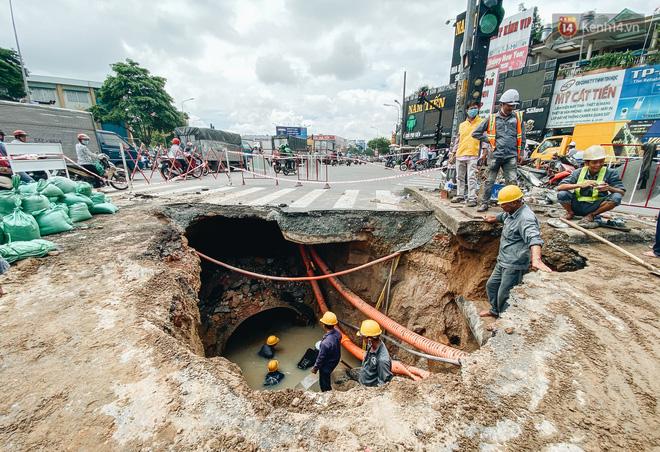 """Cận cảnh hố tử thần"""" khổng lồ ngay ngã tư ở Sài Gòn, nguyên nhân do cống tôn bị vỡ gây sụt đường-4"""