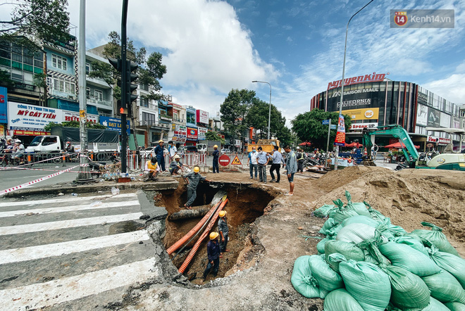 """Cận cảnh hố tử thần"""" khổng lồ ngay ngã tư ở Sài Gòn, nguyên nhân do cống tôn bị vỡ gây sụt đường-3"""