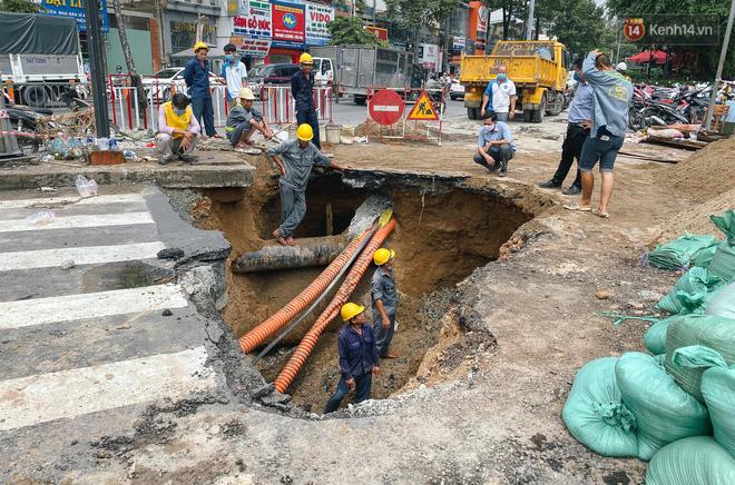 """Cận cảnh hố tử thần"""" khổng lồ ngay ngã tư ở Sài Gòn, nguyên nhân do cống tôn bị vỡ gây sụt đường-2"""