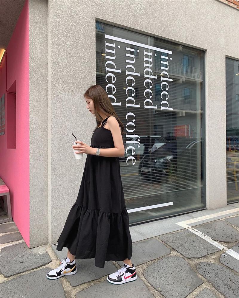Cứ mix 5 kiểu váy sau với giày sneaker, bạn sẽ được nhân đôi vẻ sành điệu và xịn sò-13