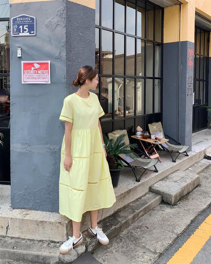 Cứ mix 5 kiểu váy sau với giày sneaker, bạn sẽ được nhân đôi vẻ sành điệu và xịn sò-14