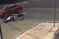 Va chạm với ôtô, cô gái ngã văng xuống cống
