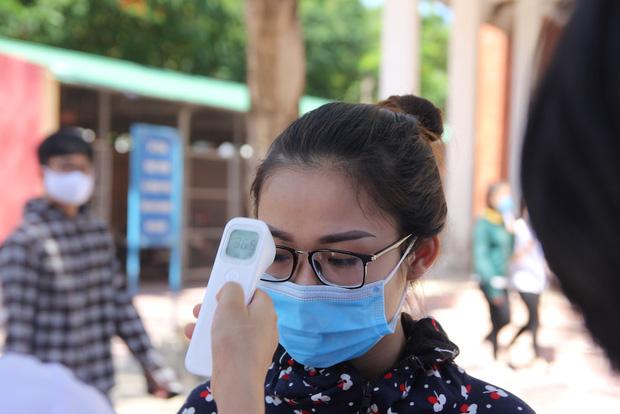 Trời nắng nóng, nhiều thí sinh làm thủ tục thi THPT Quốc gia hoảng hốt khi nhiệt độ cơ thể lên tới 39 độ-5