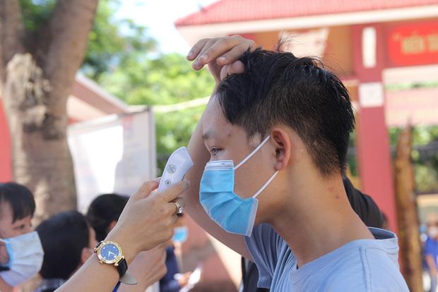 Trời nắng nóng, nhiều thí sinh làm thủ tục thi THPT Quốc gia hoảng hốt khi nhiệt độ cơ thể lên tới 39 độ-6