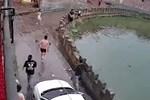 Em gái trượt chân ngã xuống hồ, chị nhảy xuống cứu và khoảnh khắc khiến cả xóm hốt hoảng
