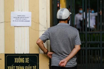 Ngày đầu tiên trong kì thi tốt nghiệp THPT: Thí sinh đang làm bài thi môn Văn, phụ huynh đứng níu ở cổng không nỡ về