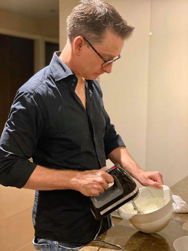 Đoan Trang khoe chồng Tây trổ tài làm bánh ngon bá cháy, chị em thi nhau vào khen ngợi đã đẹp trai còn nấu ăn giỏi-1