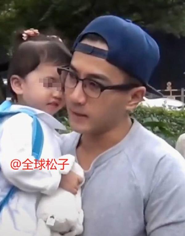 Netizen xôn xao trước phát hiện con gái Lưu Khải Uy - Dương Mịch không giống bố mẹ mà lại hao hao Châu Kiệt Luân-1