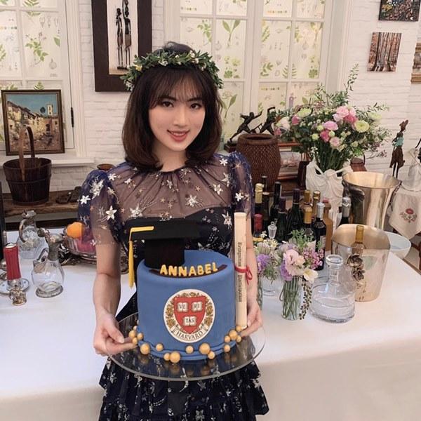 Loạt ảnh ái nữ của ông trùm Huawei: Học giỏi, bình dị nhưng khi khoác lên chiếc váy dạ hội lập tức trở thành công chúa kiều diễm vạn người mê-2