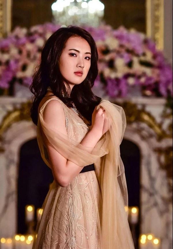 Loạt ảnh ái nữ của ông trùm Huawei: Học giỏi, bình dị nhưng khi khoác lên chiếc váy dạ hội lập tức trở thành công chúa kiều diễm vạn người mê-5