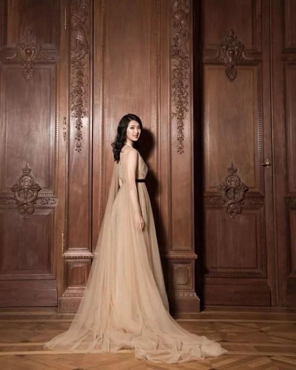 Loạt ảnh ái nữ của ông trùm Huawei: Học giỏi, bình dị nhưng khi khoác lên chiếc váy dạ hội lập tức trở thành công chúa kiều diễm vạn người mê-13