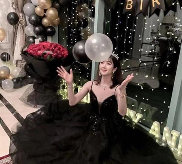 Loạt ảnh ái nữ của ông trùm Huawei: Học giỏi, bình dị nhưng khi khoác lên chiếc váy dạ hội lập tức trở thành công chúa kiều diễm vạn người mê-16