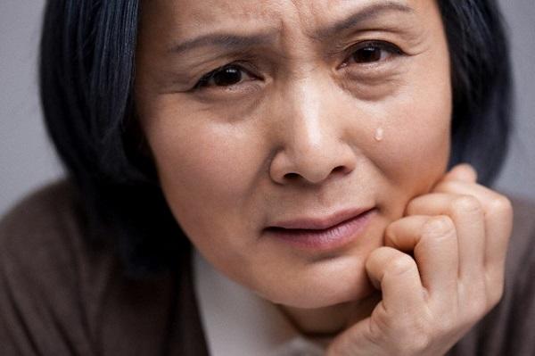 Đưa bạn gái mới về ra mắt, mẹ tôi nhìn chằm chằm cô ấy rồi bỗng dưng bật khóc nức nở-1