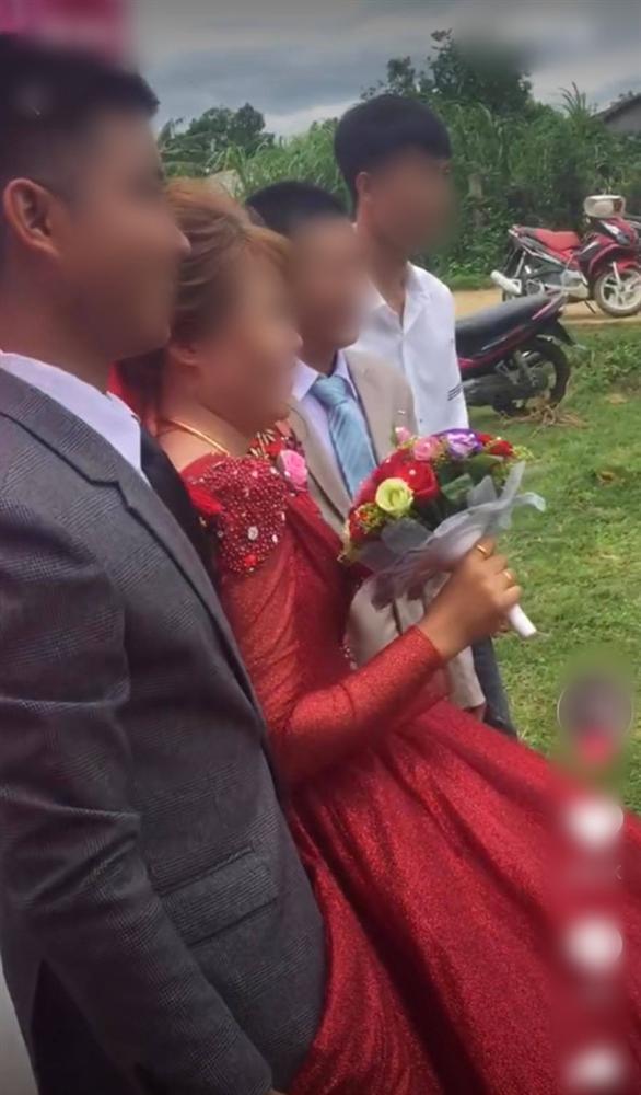 """Chú rể liên tục lấy váy cô dâu che chắn khi chụp hình, ai dè giấu giếm một bí mật"""" đằng sau-1"""