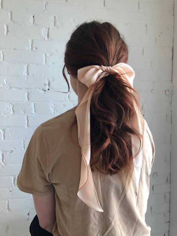 Mách nàng cách hô biến khăn lụa thành phụ kiện xinh xắn trong ngày hè-4