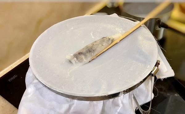NSƯT Trịnh Kim Chi làm bánh cuốn nhìn hấp dẫn như mua ngoài hàng-4