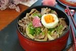 Học được của người bạn Nhật cách nấu cơm thịt bò, tôi làm thử cả nhà ăn khen hết lời!