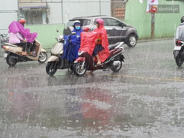 """Chùm ảnh cha mẹ nhất quyết đứng dưới mưa to chờ con thi xong: Sợ nó ra không thấy ai""""-1"""