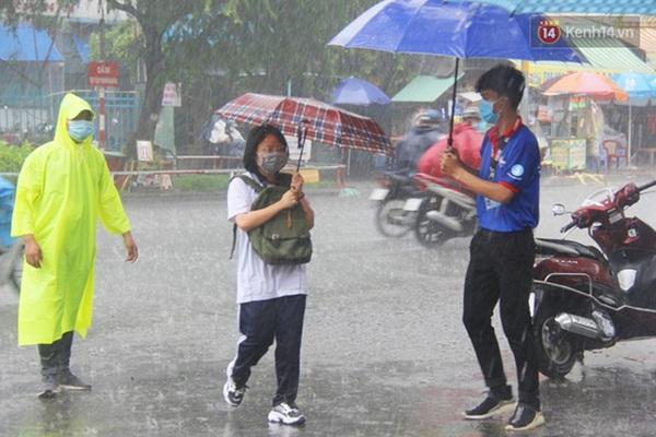 """Chùm ảnh cha mẹ nhất quyết đứng dưới mưa to chờ con thi xong: Sợ nó ra không thấy ai""""-10"""