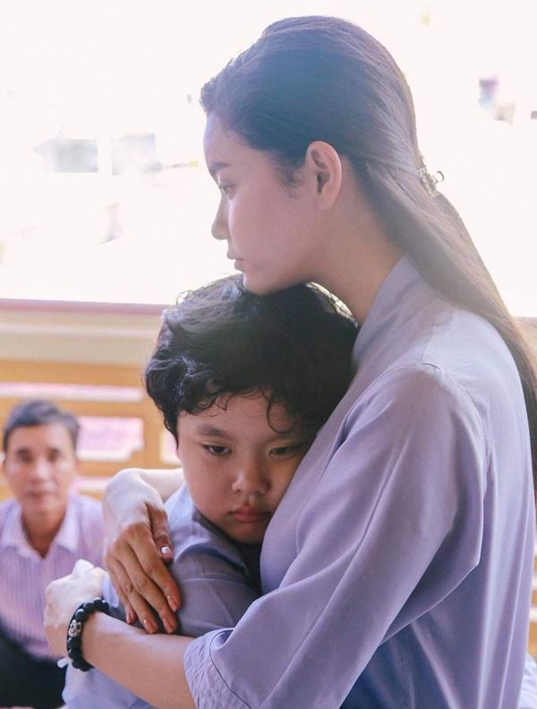 Con trai Trương Quỳnh Anh giờ chững chạc lắm rồi, mới 8 tuổi đã chịu xa mẹ 14 ngày tham gia khóa tu mùa hè-1