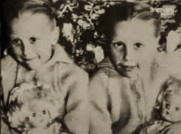Cặp sinh đôi kỳ lạ: Sống cùng với ký ức của 2 người chị quá cố, giống đến cả nỗi sợ hãi và cách ăn không ai giải thích được-2