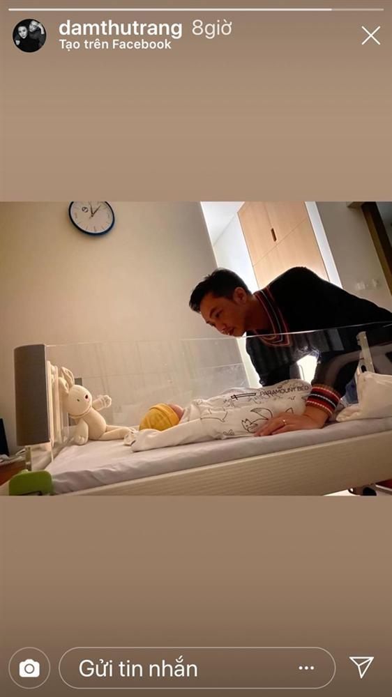 Đàm Thu Trang lần đầu lộ diện sau sinh con: Mẹ bỉm dung nhan rạng rỡ, bố thì bế con khéo quá này!-3