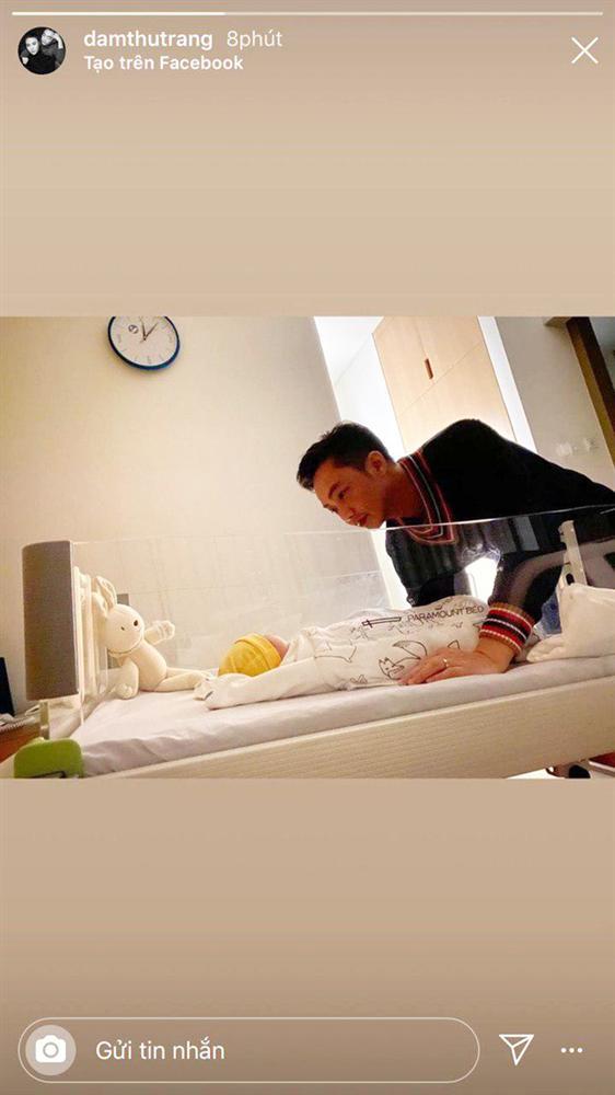 Đàm Thu Trang khoe khoảnh khắc Cường Đô La chăm con gái mới sinh, muốn tan chảy vì ánh mắt quá đỗi âu yếm-1