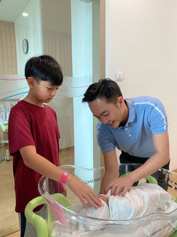 Đàm Thu Trang khoe khoảnh khắc Cường Đô La chăm con gái mới sinh, muốn tan chảy vì ánh mắt quá đỗi âu yếm-2