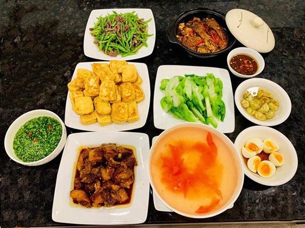 Là mẫu phụ nữ hiện đại nhưng Lã Thanh Huyền đã vào bếp là nấu toàn món ngon-10